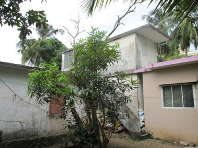 9.5 Cents of land with 3 Old houses for sale at Thevara Ferry,Ernakulam.